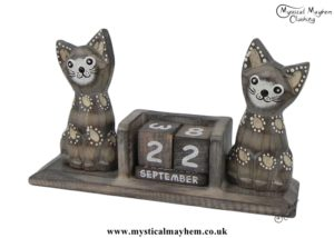 handmade-wooden-calendar-two-cats