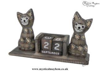handmade-wooden-calendar-two-cats